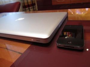Apple MacBook Pro und Apple iPhone 4